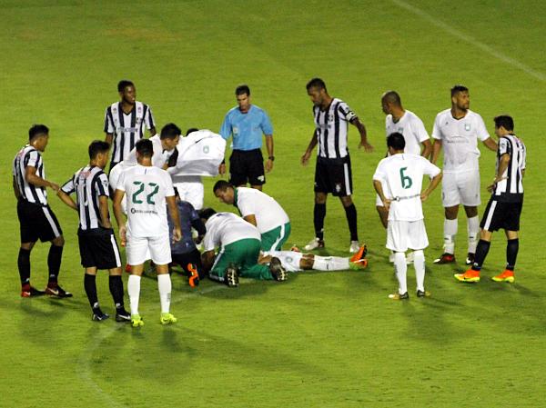 Médicos das duas equipes socorrem Marcos Douglas: jogo surreal