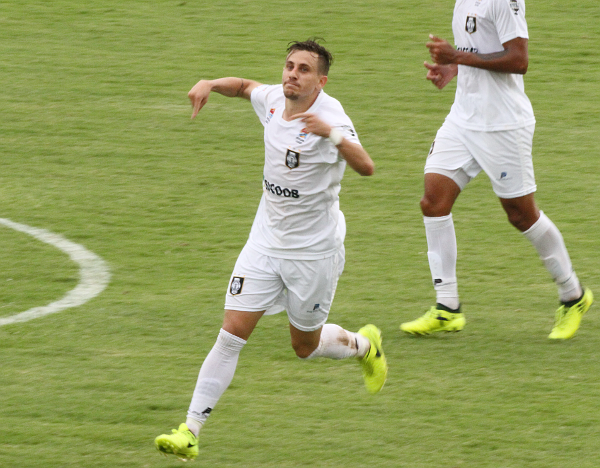 Julio Ferrari comemora o gol do empate: Ceilândia agora está nas semifinais