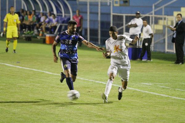 O meio de campo com Gago, Adriano e Willian não funcionou. Willian melhorou com a entrada de Mirandinha, mas ainda longe de encantar