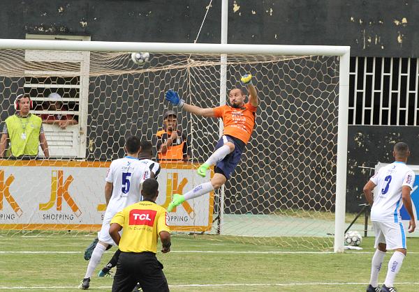 Emerson Martins empatou logo no começo do segundo tempo... Ceilândia voltaria a ficar dois gols atrás no marcador