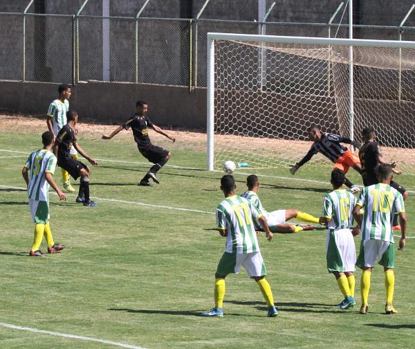 Na cobrança de falta de João Brasil a bola passou por todos até morrer no fundo da rede