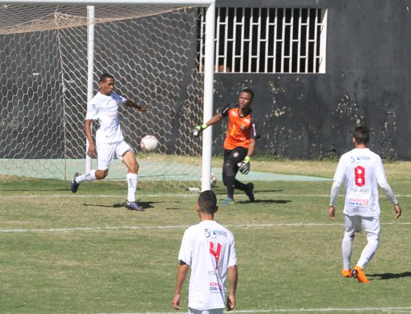 Luan salva sobre a linha do gol: Gama assustou no primeiro tempo