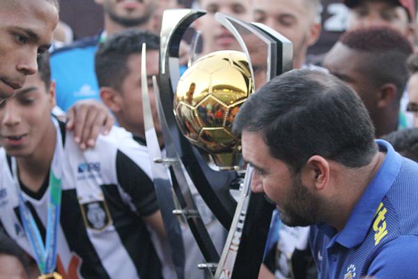 Só não foi possível fotografar a entrega do troféu: mas está valendo