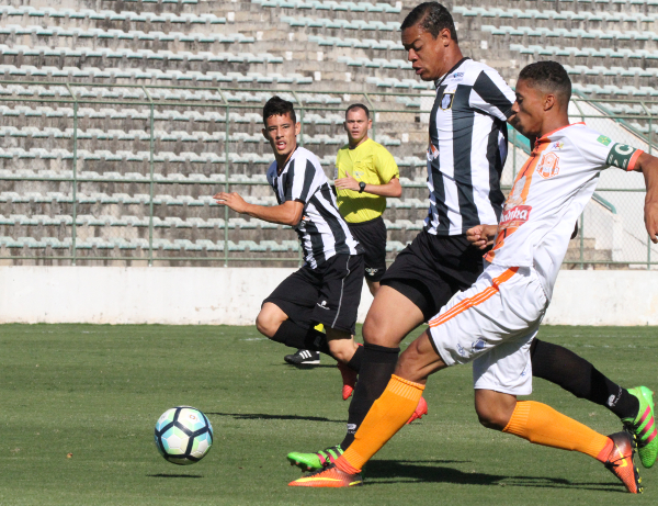 Juan fez o primeiro gol do Ceilândia cobrando pênalti.