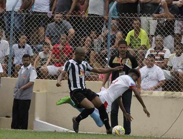 11156a3cb Leo Roquete assiste disputa de bola  Andradina foi melhor